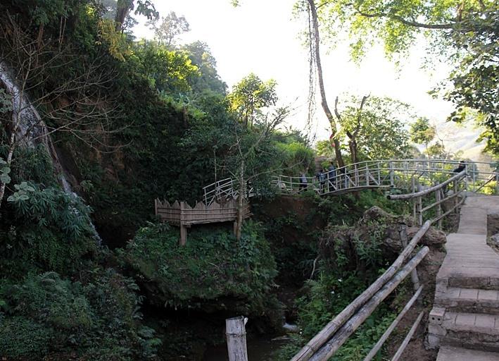 Cây cầu đưa du khách đi thăm khu thác. Ảnh. Hoàng Huế